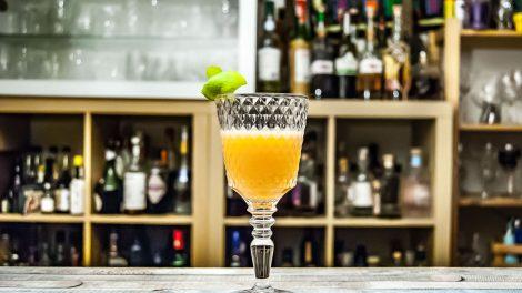 Ein Sloe & Dry Cocktail mit Sloe Gin, Dry Wermut und Sherry.
