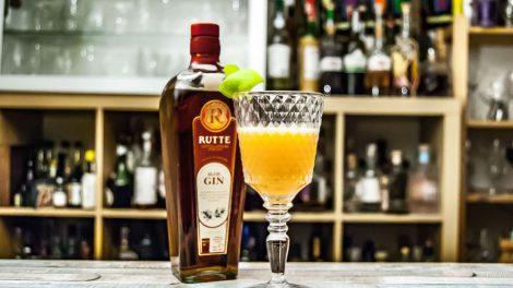 Ein Sloe & Dry Cocktail mit Rutte Sloe Gin, Dry Wermut und Sherry.