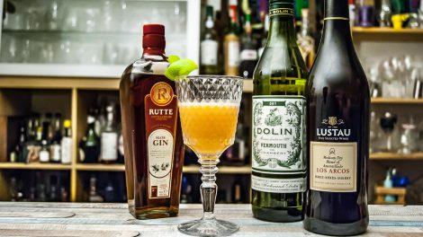 Ein Sloe & Dry Cocktail mit Rutte Sloe Gin, Dolin Dry Wermut und Lustau Sherry.