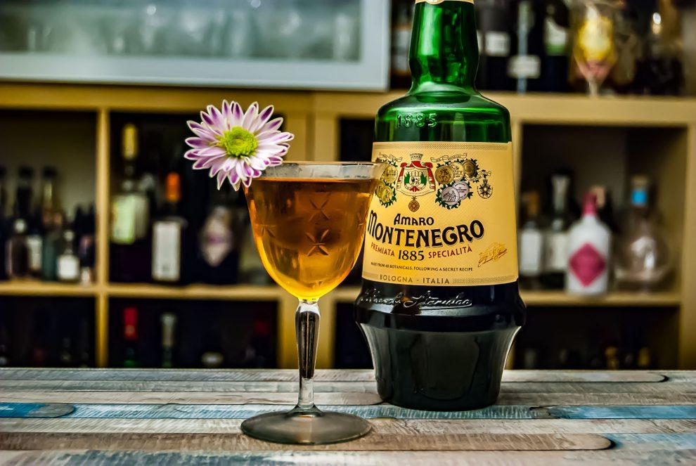 Amaro Montenegro in einem Air Montenegro-Cocktail mit Wermut und Mezcal.