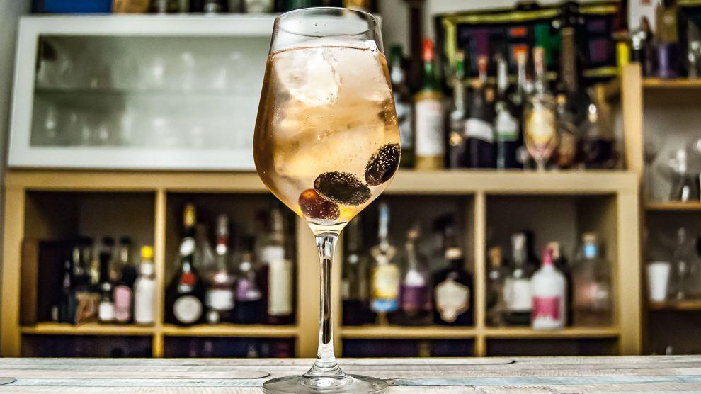 Belsazar Rosé Vermouth mit Tonic und Trauben.