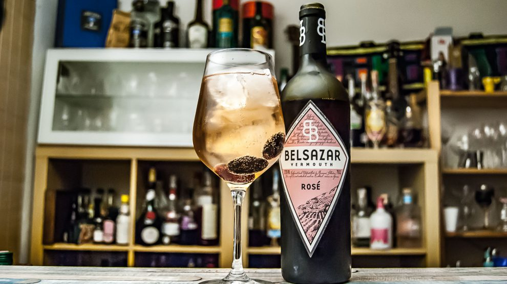Belsazar Rosé Vermouth mit Tonic und Trauben im Weinglas.