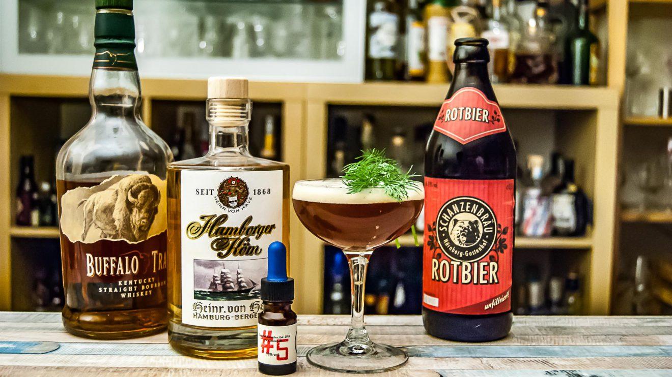 Heinrich von Have Hamborger Köm im El Gringo mit Bitters, Bier und Bourbon.