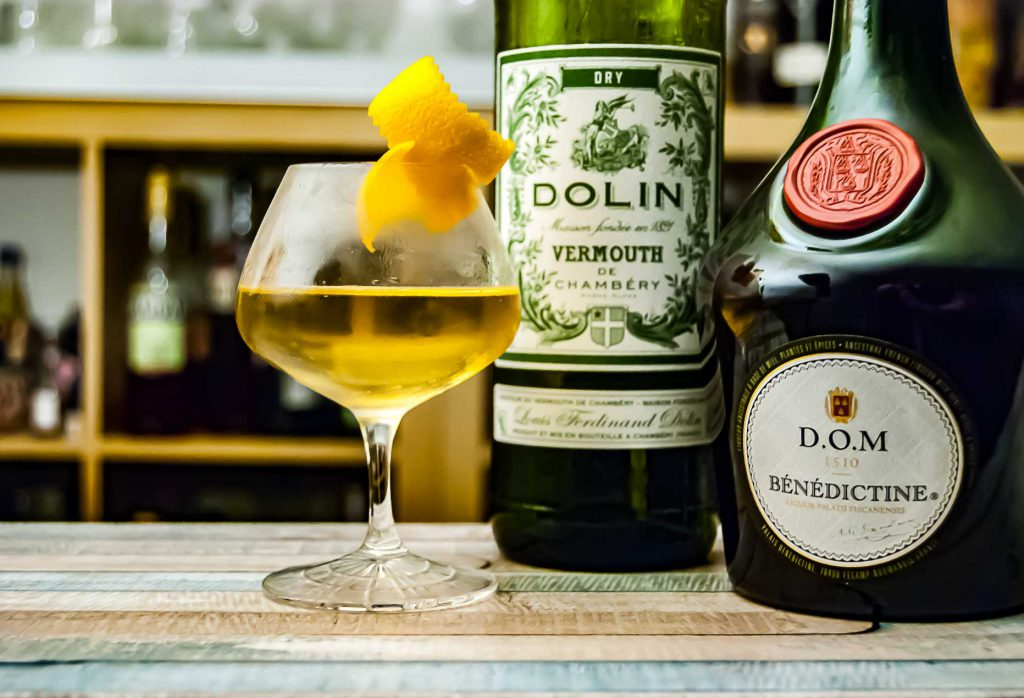 Dolin Dry Vermouth im Cocktail-Klassiker Chrysanthemum. mit Benedictine und Absinth.