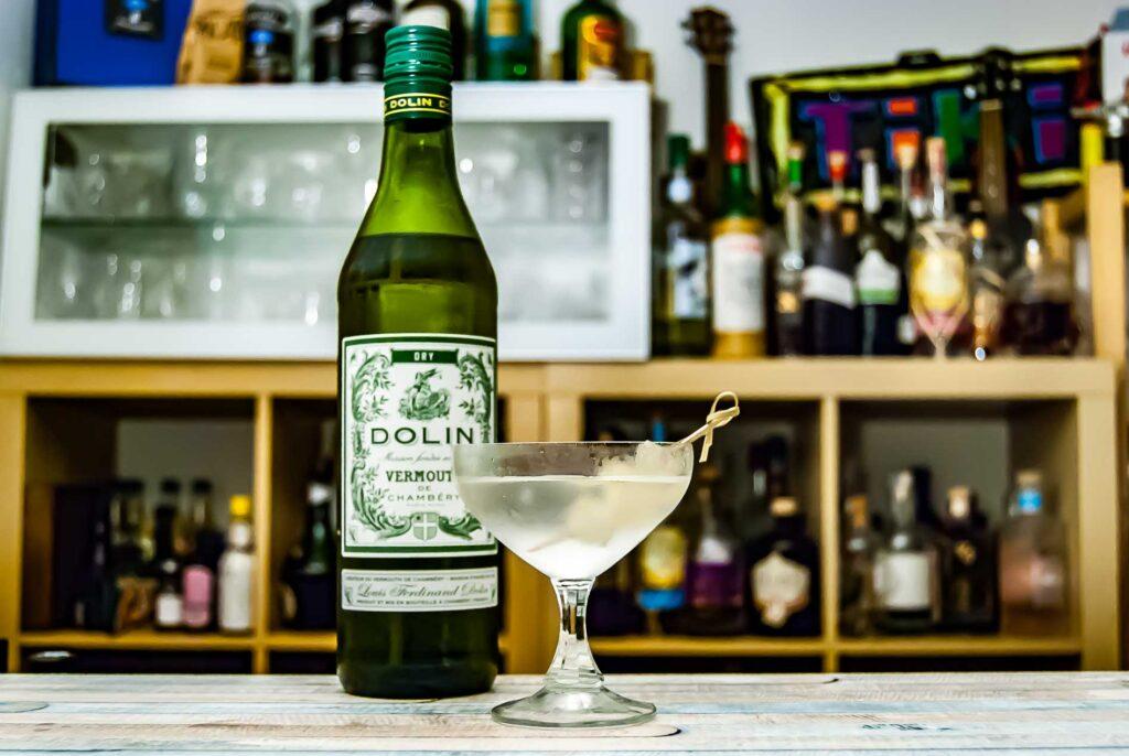 Dolin Dry Vermouth im Gibson Martini mit Gin und Silberzwiebel.
