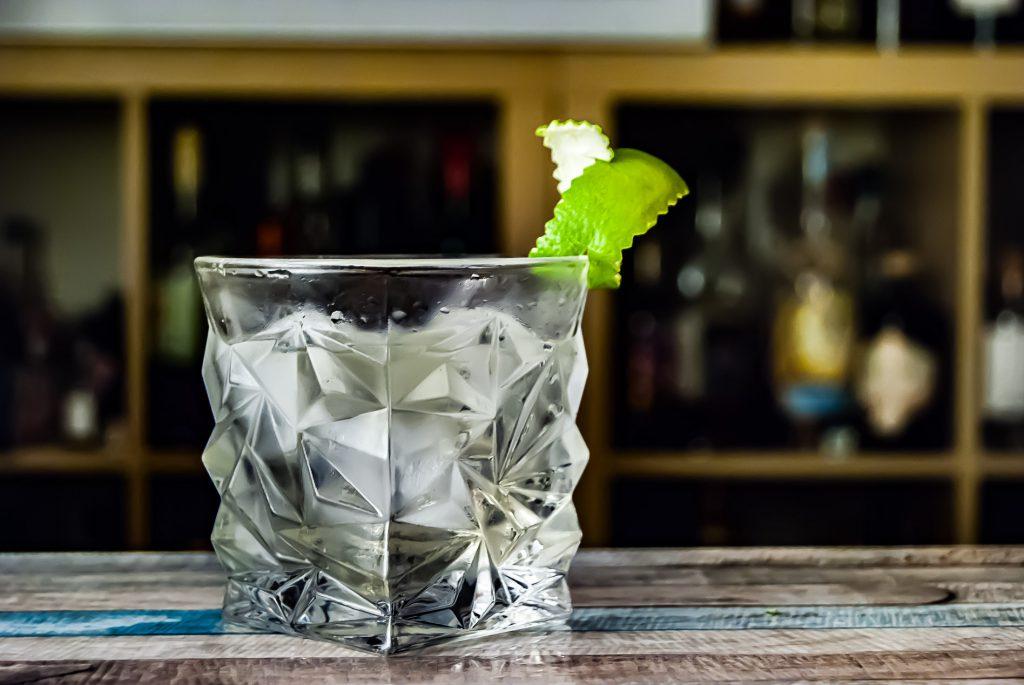 Der Hepple Gin macht übrigens auch einen sehr spannenden Gin Old Fashioned - hier mit Chartreuse und Maraschino.
