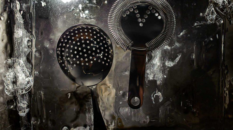 Links ein Julep Strainer, rechts die Hawthorne-Variante. Quelle: Fotolia.com © fesenko