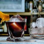 Ein Boulevardier-Cocktail, durch den verwendeten Wermut etwas dunkler als üblich.