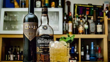 Dead Rabbit Irish Whiskey im Drunk Cantina Guy mit Göller Brombeer und Dr, Sours Bitters.