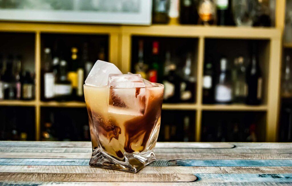 The Dead Rabbit Irish Whiskey im Continental Sour mit Portwein.