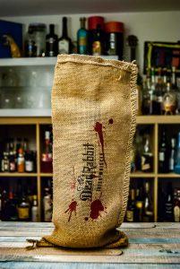 Der Dead Rabbit Whiskey kommt stilvoll im blutigen Sack.