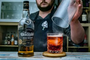 Dead Rabbit Irish Whiskey in einer Smoked Boulevardier-Variante.