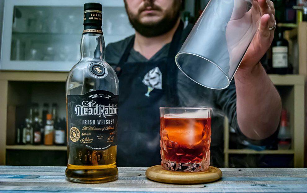 Dead Rabbit Irish Whiskey in einer Smoked Boulevardier-Variante.