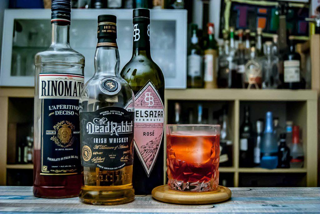 Der Dead Rabbit Whiskey mit Belsazar Rosé und Rinomato im Smoked Morrissey.