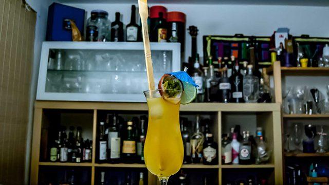 Ein Tropical Itch aus Bourbon, zwei Sorten Rum und Maracuja.