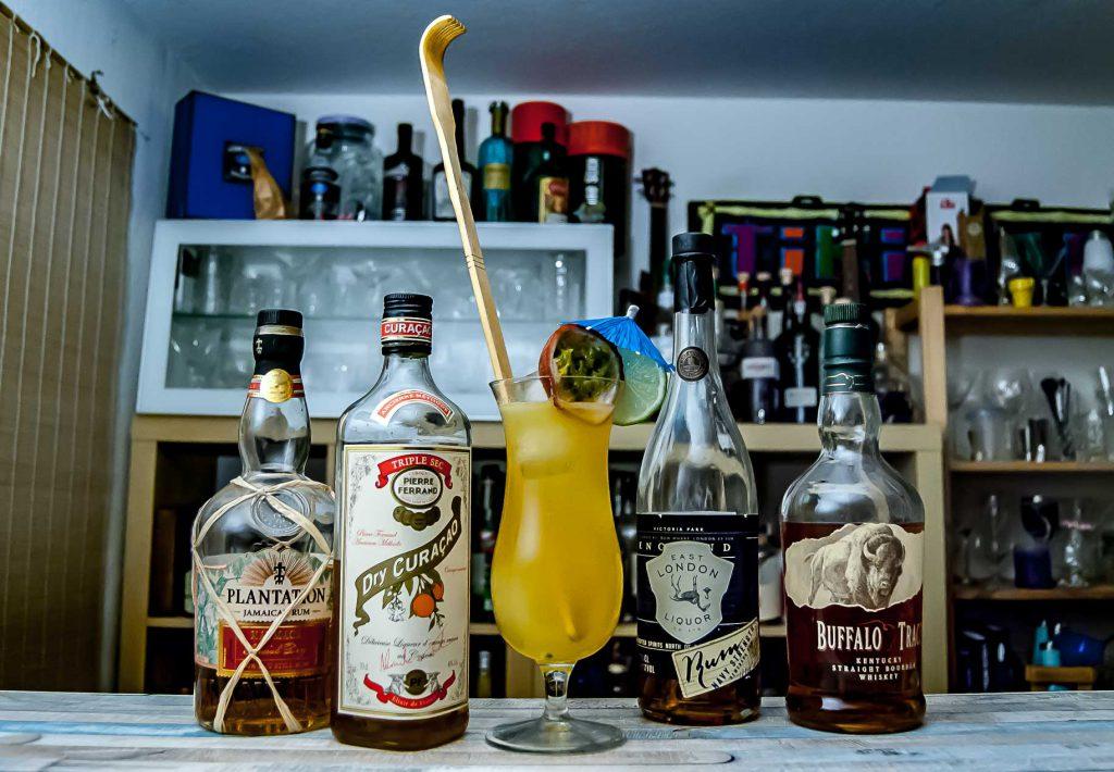 Ein Tropical Itch mit Platantion Xaymaca, Ferrand Dry Curacao, East London Liquor Company Navy Demerara und Buffalo Trace Bourbon.