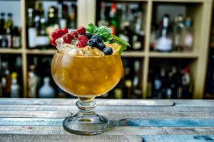 Ein Sherry Cobbler, reich verziert mit jeder Menge Obst und Minze.