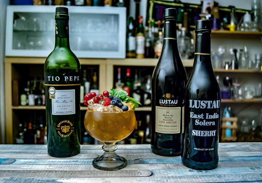 Für unsere Lieblings-Variante des Sherry Cobblers setzen wir auf drei verschiedene Sherrys - im Hausgebrauch aber eher schwierig realisierbar.