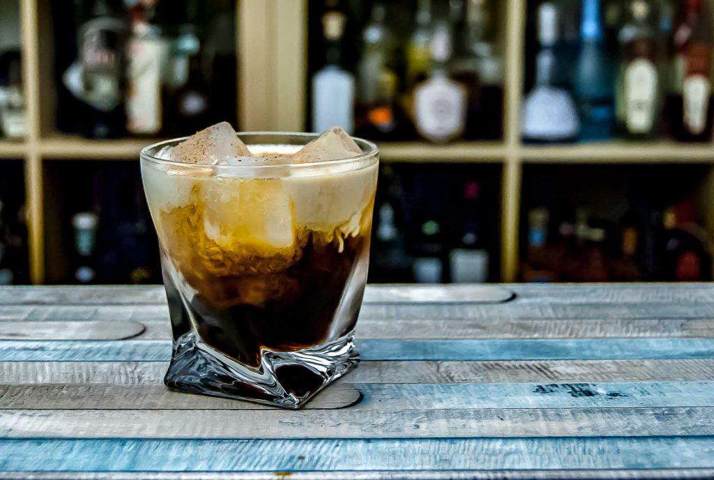 Der Oaked Latte besteht aus Bourbon, Kaffeelikör, Sahne und Weißem Schokolikör.