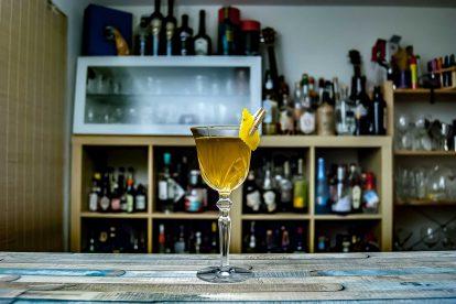 Ein Purgatory Cocktail mit Rye Whiskey, Chartreuse Verte und Purgatory Cocktail - Rye trifft Chartreuse trifft Bénédictine.