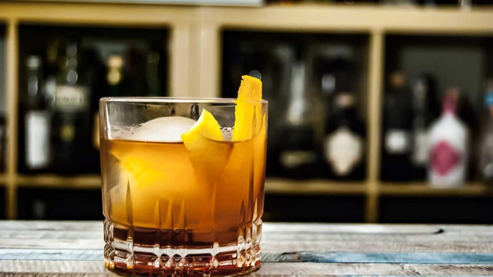 Antigua Distillery Heavy Rum in einem Rum Old Fashioned mit Nuss-Bitters.