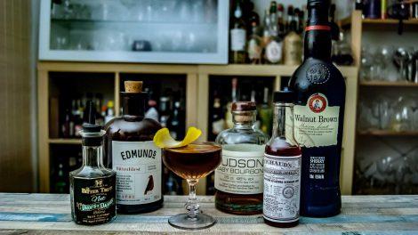 Hudson Baby Bourbon im Bitter Corn in Jerez mit Bitters, Bitterlikör und Oloroso Sherry.