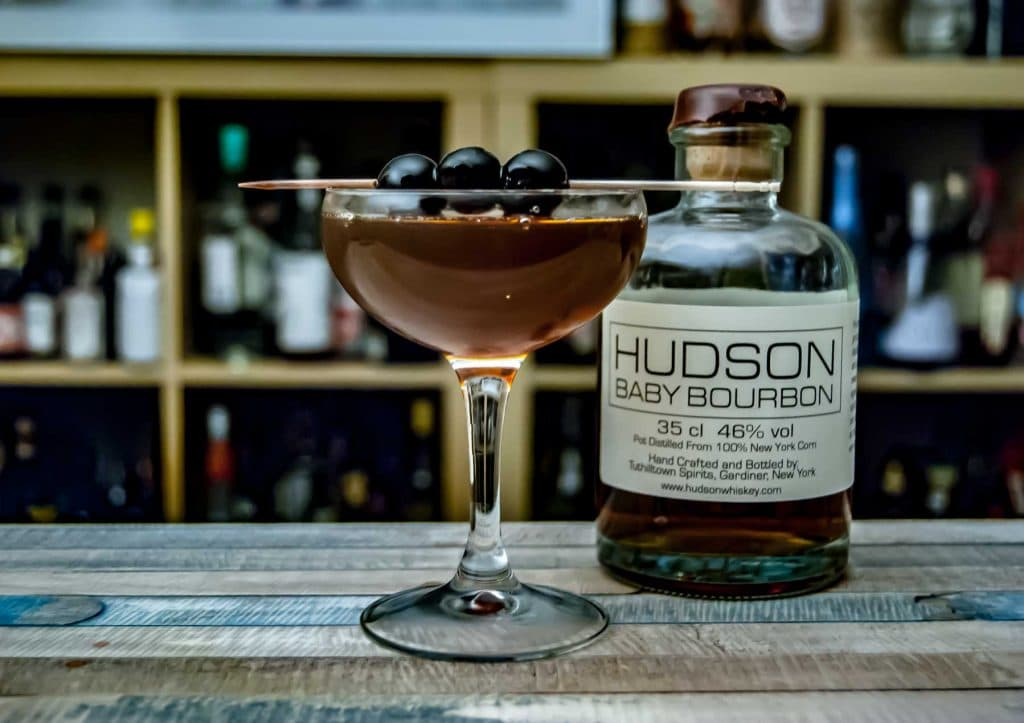 Hudson Baby Bourbon im Fifty Miles north of Manhattan mit Bitters, rotem Wermut und Maraschino.