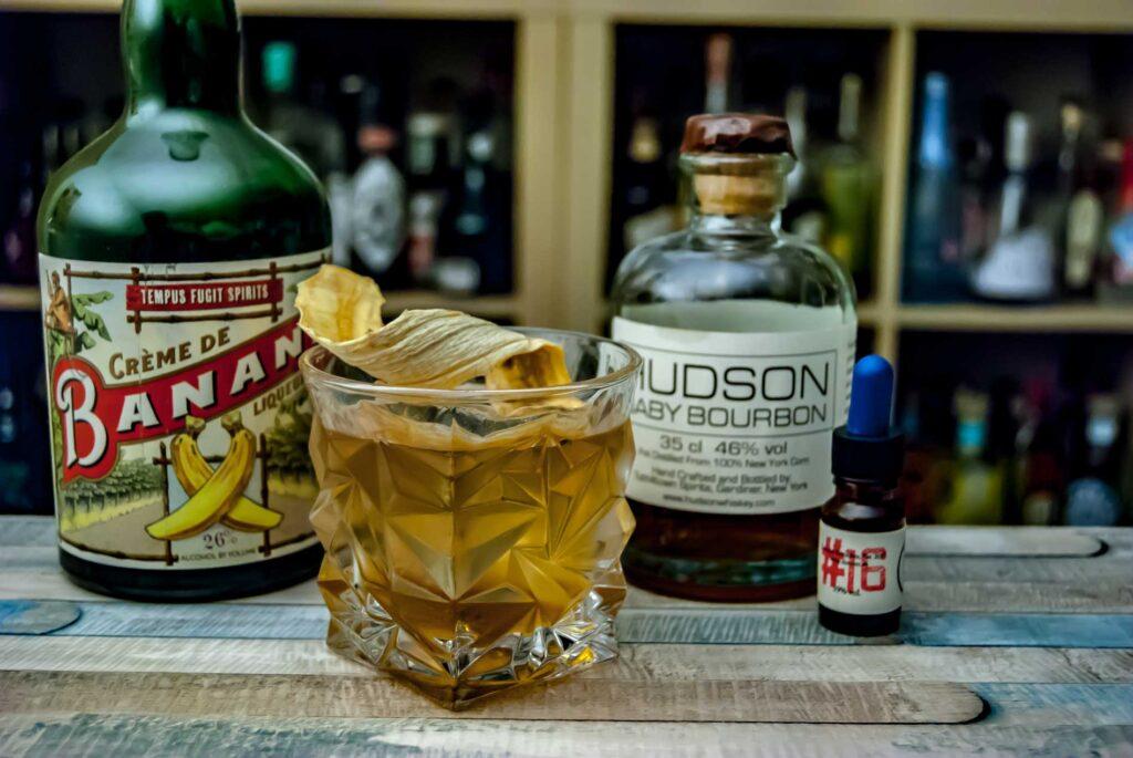 Hudson Baby Bourbon in einem Old Fashioned mit Bananenlikör von Tempus Fugit und Bitters von Dr. Sours.
