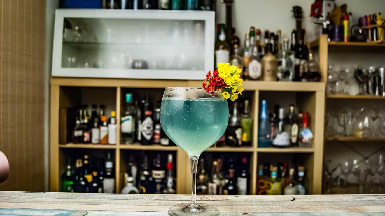 Heinrich von Have Prototyp 2.0 London Dry Gin in einem blauen Gin Tonic mit einem Hauch Violet Liqueur.