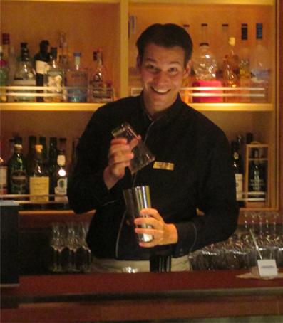 Alexander als Bartender auf der MS Europa 2.