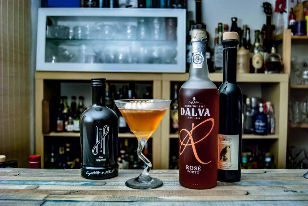 Dalva Rosé Port in einem Martinez-Twist mit Pflaumenessig und Hoos Gin.