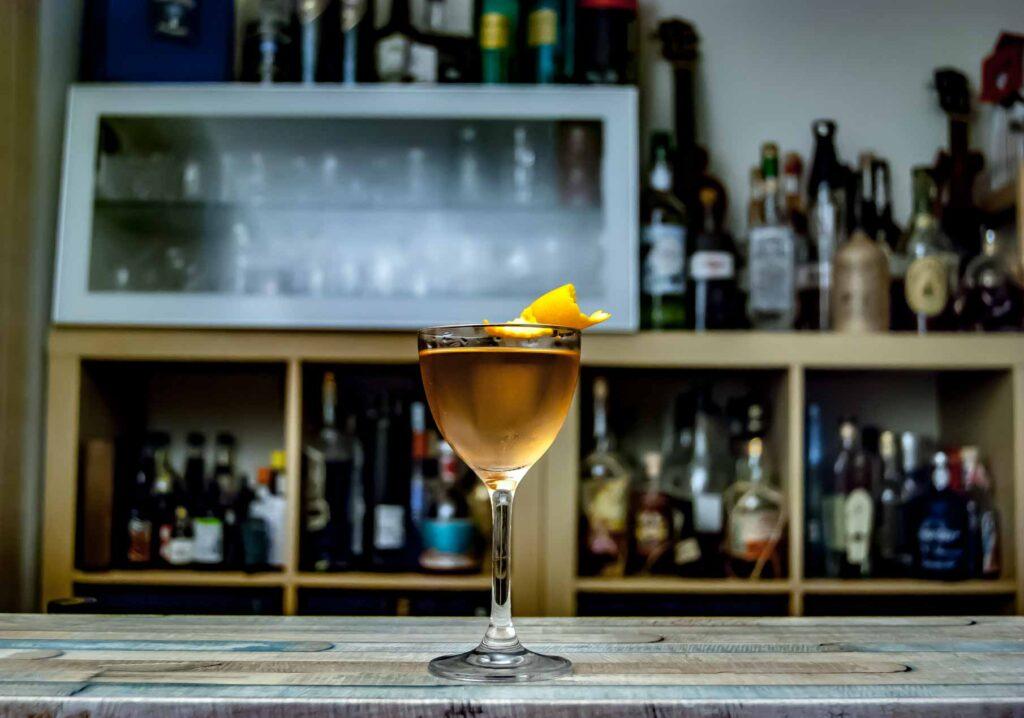 Dalva Rosé Port in einem Jalisco Manhattan mit Huizache Tequila, Dr. Sours Bitters und Orangenzeste.
