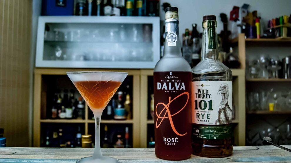 Dalva Rosé Port in einem Port Manhattan mit Wild Turkey Rye Whiskey.
