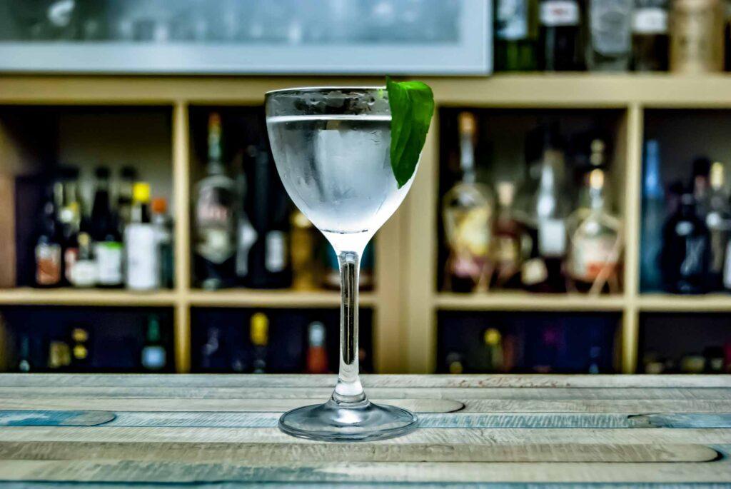 Huizache Tequila Blanco im Agua Fuego mit Jalapeno Vodka von Stolichnaya, Creme de Cacao und Supasawa.