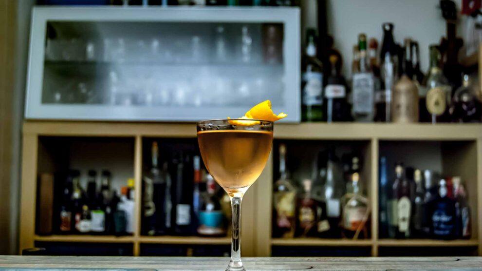 Huizache Tequila Reposado in einem Jalisco Manhattan mit Rosé Port, Dr. Sours Bitters und Orangenzeste.