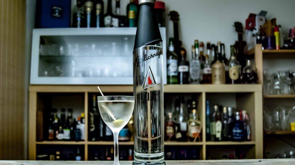 Ein Vodka Martini mit Stolichnaya elit, garniert mit einer Olive.