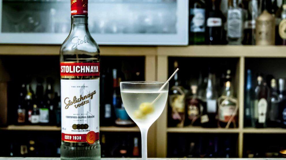 Stolichnaya Premium und Wermut, garniert mit einer Olive .