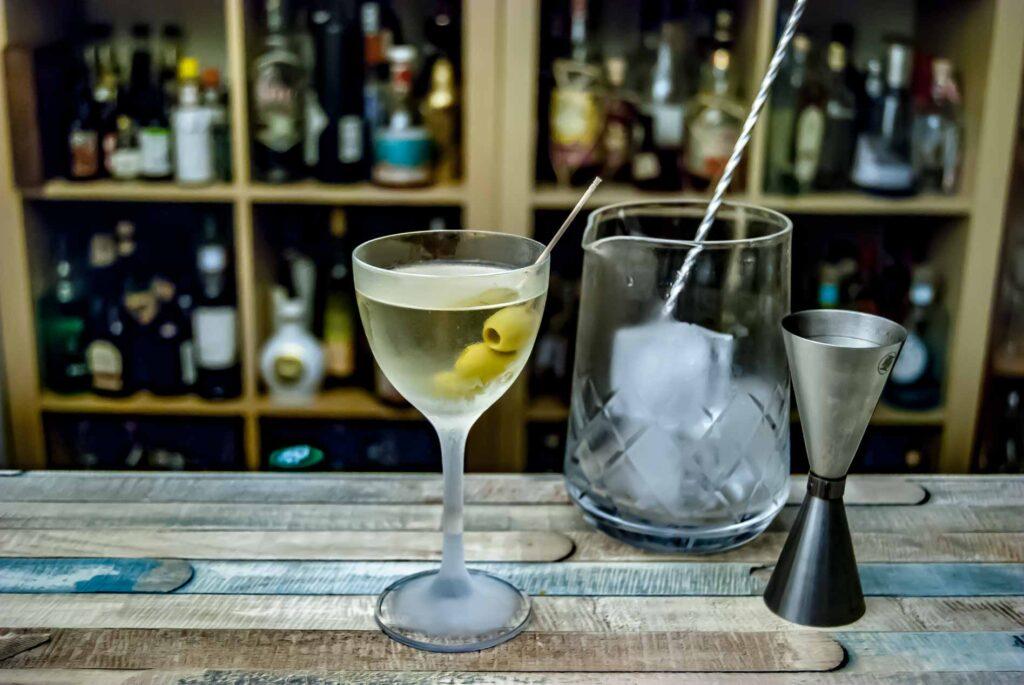 Ein Vodka Martini wird grundsätzlich gerührt - zumindest wenn ihr geschmacklich was davon haben wollt.