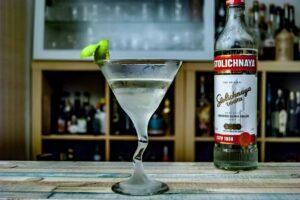 Ein Vodka Martini, garniert mit einer Limettenzeste, gemixt mit Stolichnaya Premium Vodka.