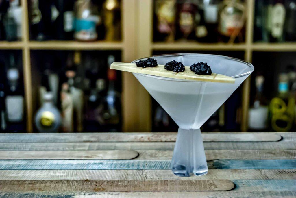 Ein Vodka Martini, garniert mit Kaviar auf weißer Schokolade. Klingt absurd, ist aber geschmacklich einfach nur Wahnsinn.