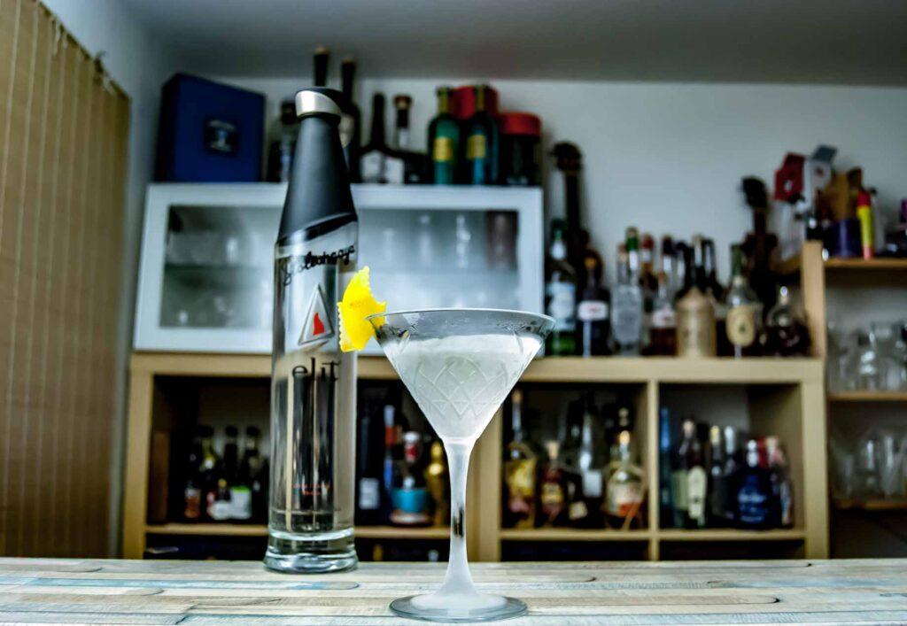 Der Stoli elit funktioniert hervorragend mit salzigen Garnituren, schmeckt aber auch top in eher frisch garnierten Martinis.