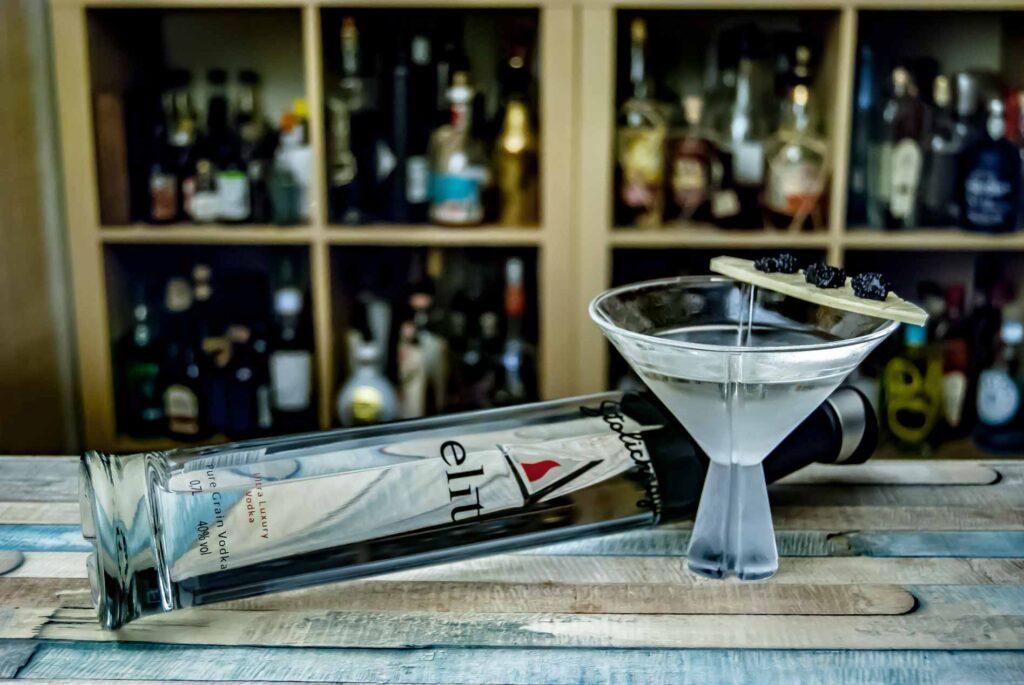 Ein Vodka Martini mit Stolichnaya elit, garniert mit weißer Schokolade und Kaviar.