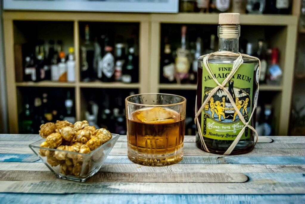 Von Have Jamaica Rum im Rum Old Fashioned mit Karamell-Popcorn.