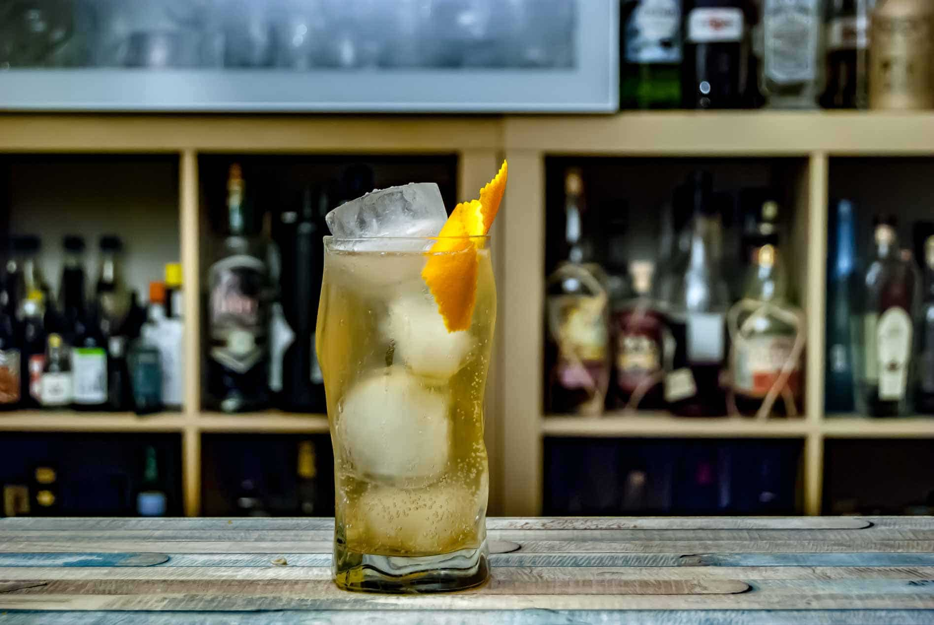 Ryoma Rhum Japanoise im Rum Highball mit Wasser und einem Schuss Zitrone.