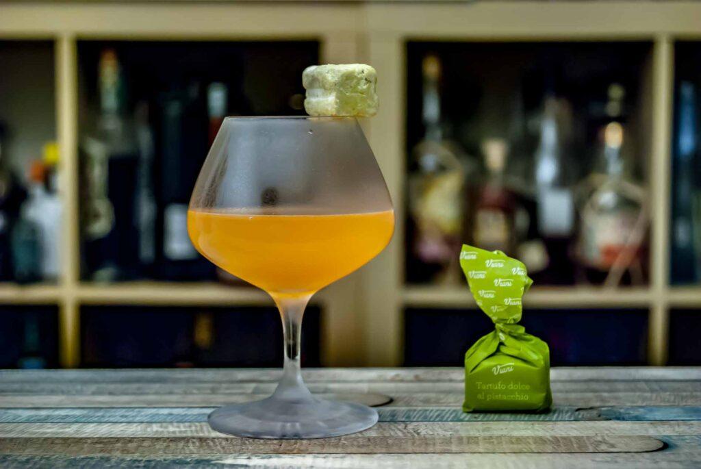 Der Actual Japanese Cocktail serviert mit einem Pistazien-Tartufo - weil's geschmacklich passt.