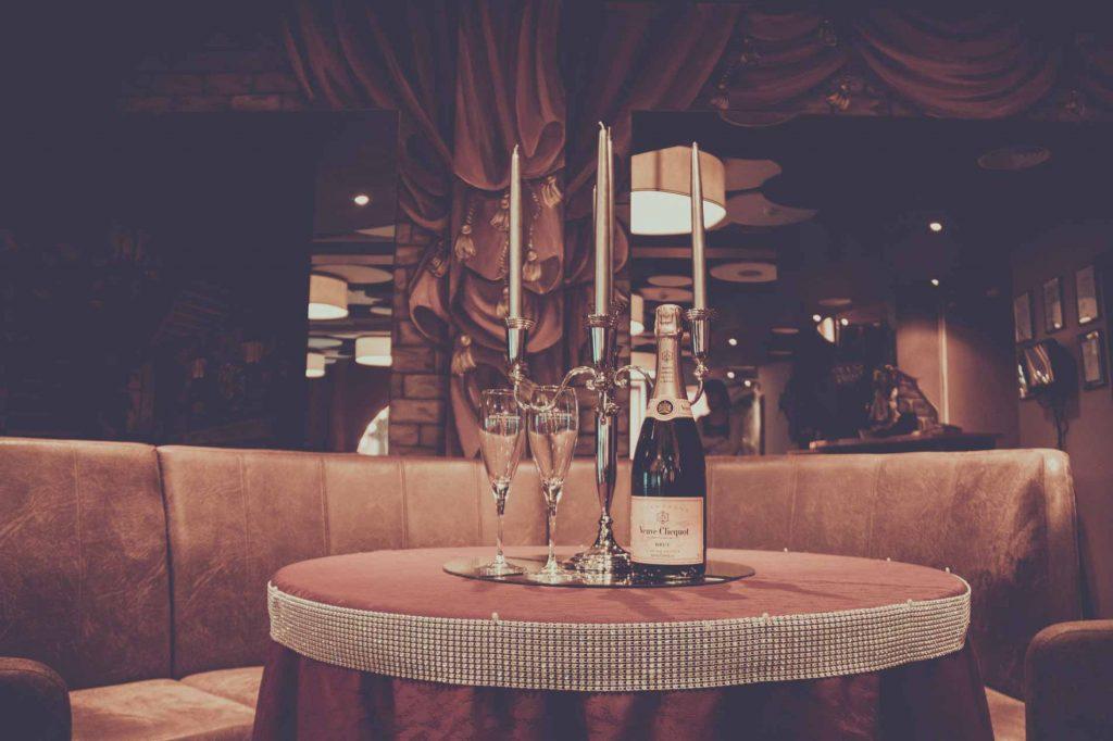 Eine Flasche Champagner mit zwei Gläsern.