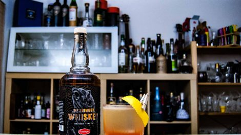 Penninger Whiskey mit Blutwurz Red in einem Eastern Bavaria Whiskey Sour.