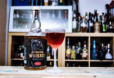 Penninger Whiskey in einem Bavarian Manhattan mit Blutwurz Red: dem Bear & Blood.