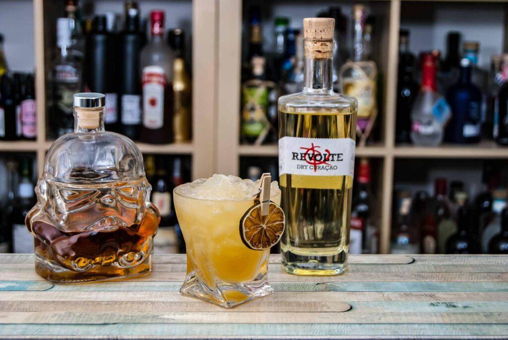 Revolte Dry Curaçao in einem Mai Tai mit Rum aus unserer hauseigenen Living Bottle.