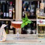 Revolte Dry Curaçao im Pengu Club Cocktail, unserem Eigentlich-schon-kein-Twist-mehr auf den Pegu Club.
